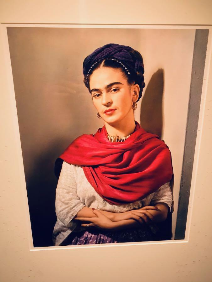 Frida Kahlo Through The Lens of Nickolas Muray - Mostra Fotografica Stupinigi: Frida Kahlo con rebozo magenta