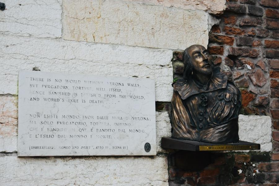 Cosa vedere a Verona e dintorni: Busto di William Shakespeare Verona